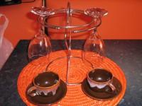suport pahare si doua cescute de cafea