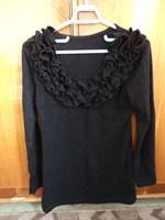 pulovar negru cu volanase