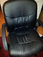 Scaun negru cu brate si role