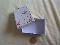 cutii mici de bijuterii si un saculet din textil