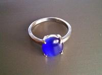 inel argintiu, piatra albastra