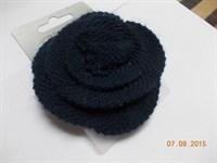 Brosa/agrafa bleumarin tricotata in forma de trandafir