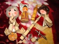 Mai multe figurine de lemn, si alte obiecte decorative aleatorii