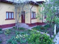 Ofer o casa pentru locuit unei familii de pensionari sau unei doamne pensionare