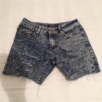 Pantaloni de dama scurti din blugi de vara.