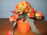 Ghiveci de plastic cu flori tot de plastic